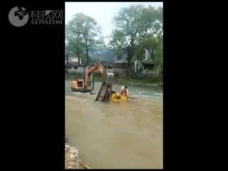恭城一挖掘机连人一起掉到河里 女驾驶员当场溺亡