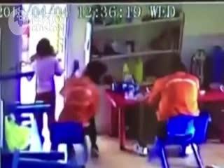 幼教强迫孩子舔老师饭盘 园方先开除后返聘引众怒