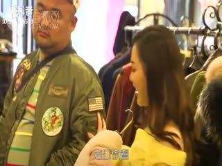面对女友在商场的巨额消费小伙的反应太机智了