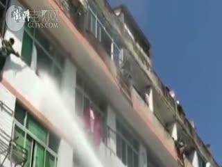 """女子跳楼,消防水柱强攻""""喷""""回屋内"""