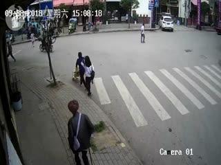 女子驾综合执法车冲上人行道撞死老人