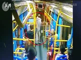 三亚老人脚踹司机致公交车撞墙,被判刑