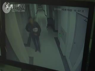 快递员报复客户投诉,用胶水堵其锁眼