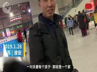 回家的礼物:男子拎百斤大米看妻儿